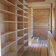 2階廊下と本棚